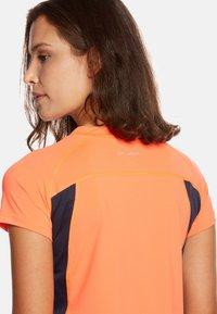Jeff Green - ELLA - Print T-shirt - neon orange/navy - 3