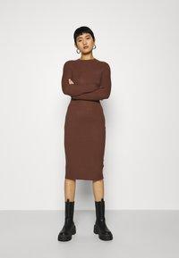 Zign - Pouzdrové šaty - dark brown - 0