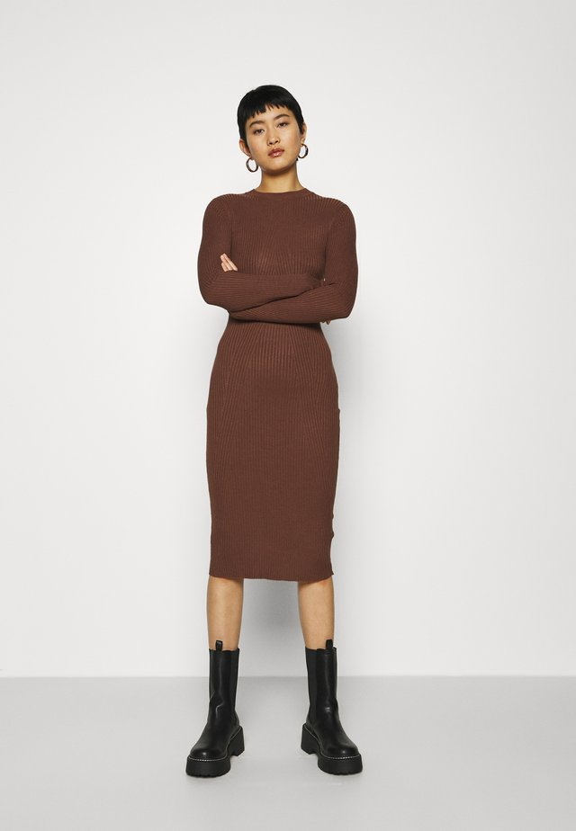 Stickad klänning - dark brown