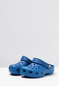 Crocs - CLASSIC UNISEX - Pool slides - blue jean - 3