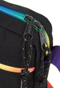 Eastpak - THE ONE - Across body bag - rainbow dark - 5