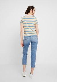 Wrangler - REGULAR TEE - Print T-shirt - peaches pink - 2