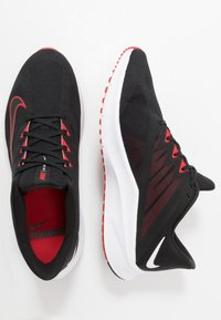Nike Performance - QUEST 3 - Neutrální běžecké boty - black/university red/white - 1