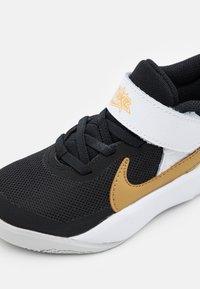 Nike Performance - TEAM HUSTLE D 10 UNISEX - Scarpe da basket - black/metallic gold/white/photon dust - 5
