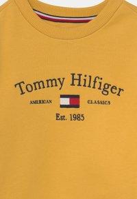 Tommy Hilfiger - ARTWORK - Felpa - midway yellow - 2