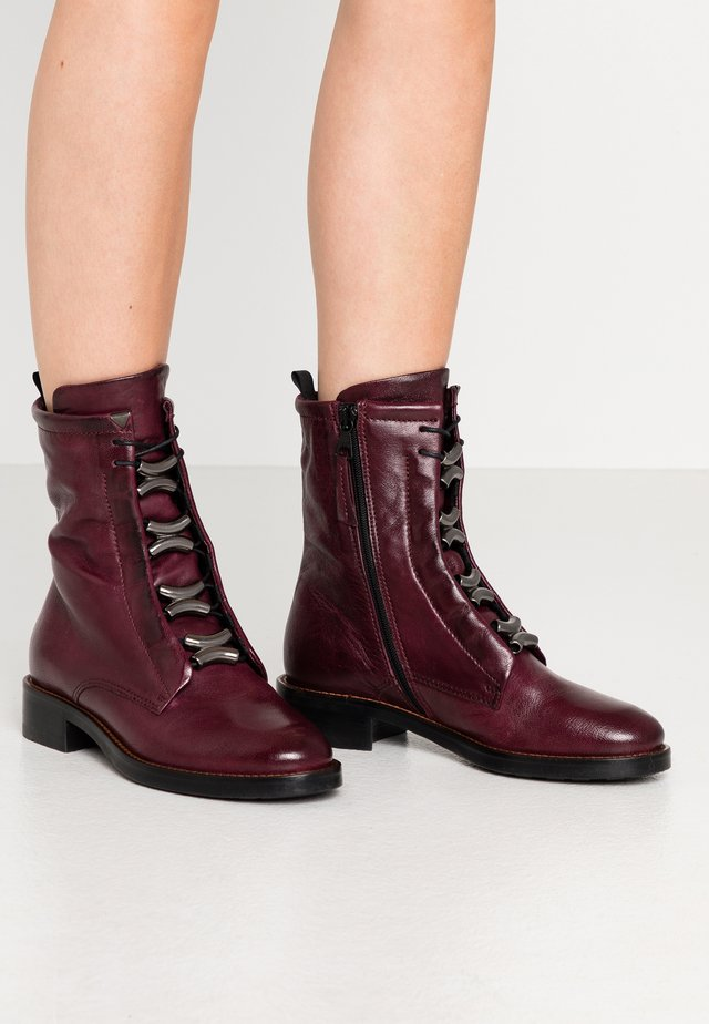 Cowboy/biker ankle boot - wine