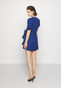 Who What Wear - THE PUFF WRAP DRESS - Kjole - navy - 2