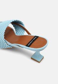 ÁNGEL ALARCÓN - VEGAN - Pantofle na podpatku - cielo - 5