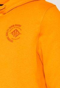 TOM TAILOR DENIM - HOODY CHEST PRINT - Hoodie - goldfish orange - 2
