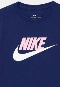 Nike Sportswear - CROP FUTURA - Camiseta estampada - blue void/arctic punch - 2