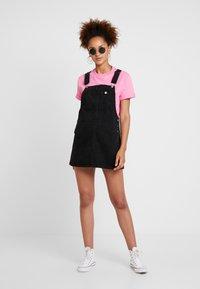 Dr.Denim Petite - EIR DUNGAREE DRESS - Robe en jean - summer camp black - 1