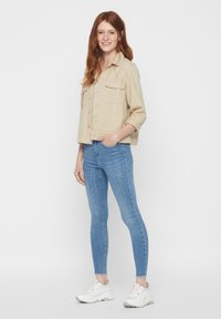 Pieces - SKINNY FIT JEANS CROPPED - Jeans Skinny Fit - light blue denim - 1