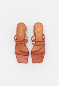 Jonak - BORNEO - Heeled mules - caramel - 5