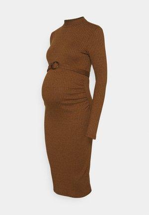 DRESS - Stickad klänning - chipmunk