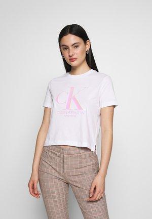 IRIDESCENT STRAIGHT TEE - T-shirts med print - bright white