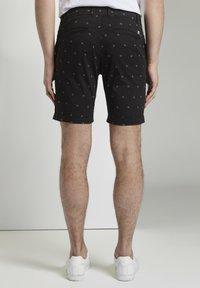 TOM TAILOR DENIM - TOM TAILOR DENIM HOSEN & CHINO GEMUSTERTE CHINO SHORTS - Shorts - black small leaves print - 2