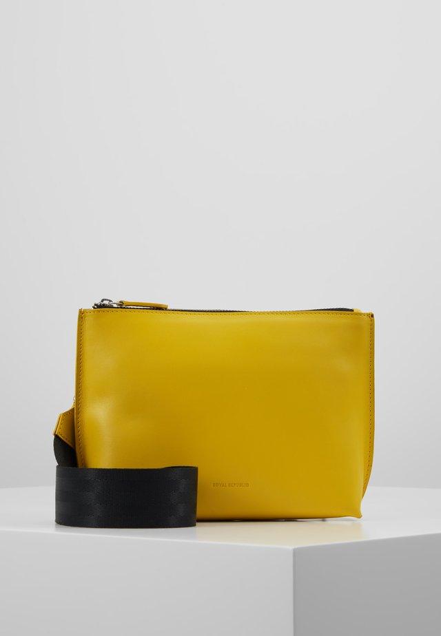STORM EVENING BAG - Across body bag - yellow