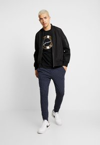 CLOSURE London - PIN STRIPE - Jogginghose - navy - 1
