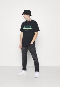 Mennace - BURNING FOREST - T-shirts print - black - 1