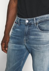 Tommy Jeans - RYAN RELAXED STRAIGHT - Jeans straight leg - portobello mid blue comfort - 3