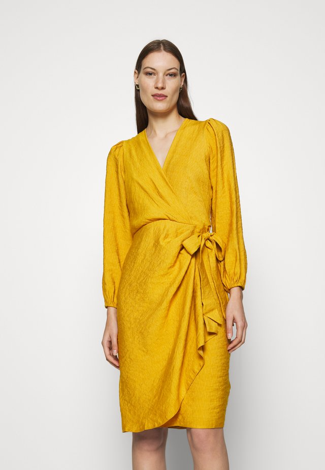 PLEATED WRAP DRESS - Korte jurk - mustard