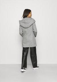 Vero Moda Petite - VMVERODONA JACKET  - Kort kåpe / frakk - light grey melange - 2