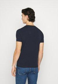 Tommy Jeans - STRETCH CHEST LOGO TEE  - T-shirt z nadrukiem - twilight navy - 2