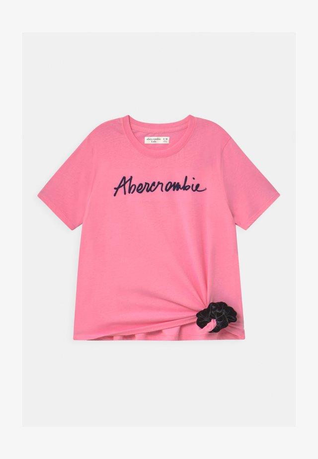 SCRUNCHIE - Camiseta estampada - pink