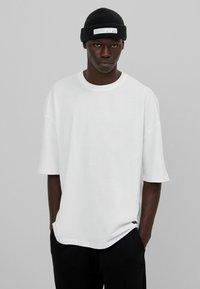 Bershka - OVERSIZED - T-shirt basique - white - 6