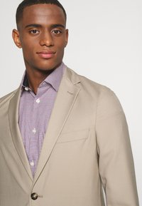 Isaac Dewhirst - THE SUIT - Kostym - beige - 6