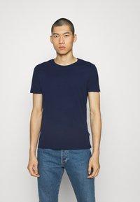 Burton Menswear London - SHORT SLEEVE CREW 5 PACK - T-paita - off white/inidgo/burgundy/dusty olive/mushroom - 7