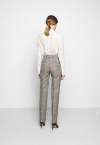 Victoria Victoria Beckham - DRAINPIPE CHECK TROUSER - Trousers - cream check - 2
