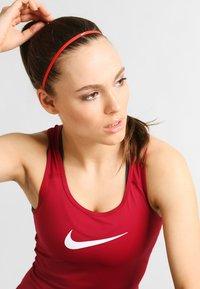 Nike Performance - SKINNY HAIRBANDS 8 PACK - Otros accesorios - light crimson/dark cayenne/bright melon - 0