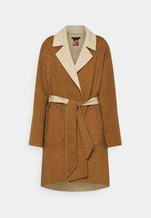 TOMIKO REVERSIBLE BELTED COAT - Klassisk frakke - camel/almond