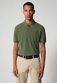 Napapijri - ELBAS - Polo shirt - green cypress - 0