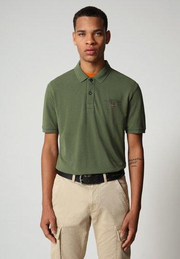 ELBAS - Polo shirt - green cypress