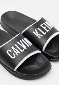 Calvin Klein Swimwear - INTENSE POWER - Matalakantaiset pistokkaat - black - 5