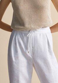 Massimo Dutti - MIT BUNDFALTEN - Tracksuit bottoms - white - 4