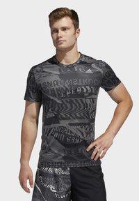 adidas Performance - OWN THE RUN GRAPHIC T-SHIRT - Triko spotiskem - grey/black - 0