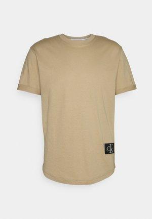 BADGE TURN UP SLEEVE - Basic T-shirt - grey