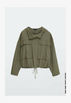 MIT TASCHEN UND KAPUZE - Summer jacket - khaki