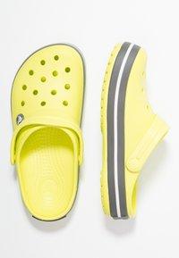Crocs - CROCBAND UNISEX - Zuecos - citrus/grey - 1