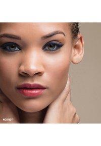 Bobbi Brown - MINI SKIN LONG-WEAR WEIGHTLESS FOUNDATION - Foundation - honey - 1