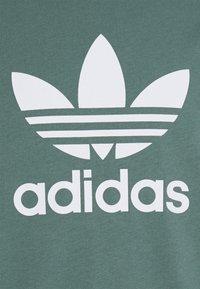 adidas Originals - TREFOIL UNISEX - T-shirt z nadrukiem - hazy emerald/white - 5