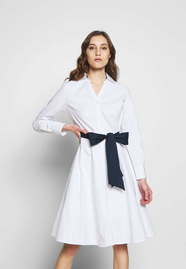 POPLIN SHIRT STYLE DRESS WITH CONTRAST BELT - Vapaa-ajan mekko - white