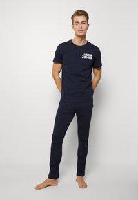 Jack & Jones - JACNIGHTWEAR GIFT SET - Pyjama - navy blazer - 0