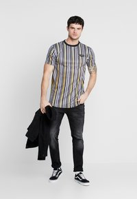 Supply & Demand - PIN - T-shirt con stampa - black/gold - 1