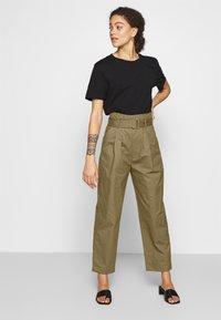 Lost Ink Petite - BELTED PLEAT WAIST PEG TROUSER - Trousers - khaki - 1