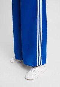 adidas Originals - TRACK PANTS - Träningsbyxor - collegiate royal - 7