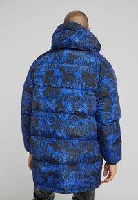 Versace Jeans Couture - LONG DOWN JACKET - Daunenmantel - black/blue - 2